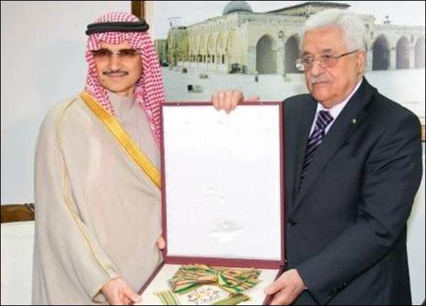 تكريم الوليد بن طلال من قبل محمود عباس