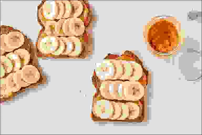 زبدة المكسرات مع خبز الحبوب الكاملة المحمص