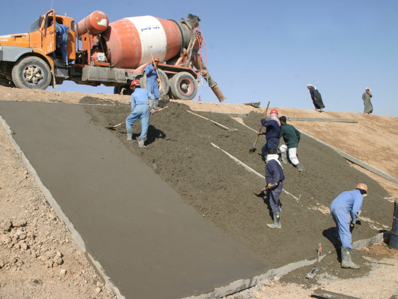 عمال البناء وممهدي الخرسانة