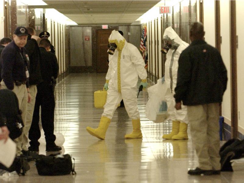 عمال إزالة المواد الخطيرة