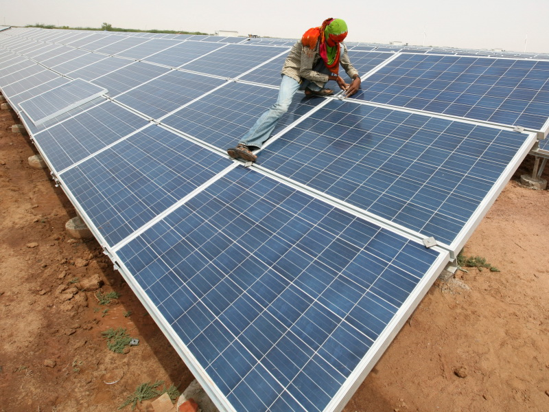 عمال تركيب ألواح الطاقة الشمسية