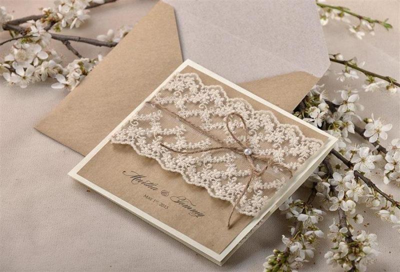 اختيار دعوات الزفاف وتوزيعها