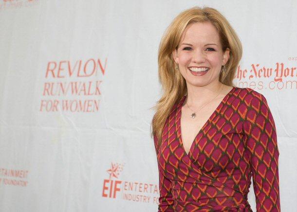 امرأة مبتسمة