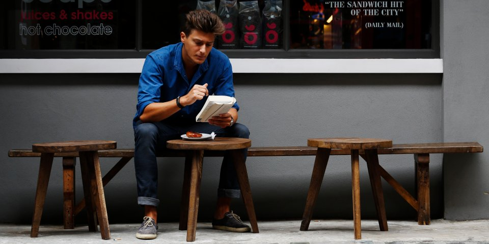رجل جالس